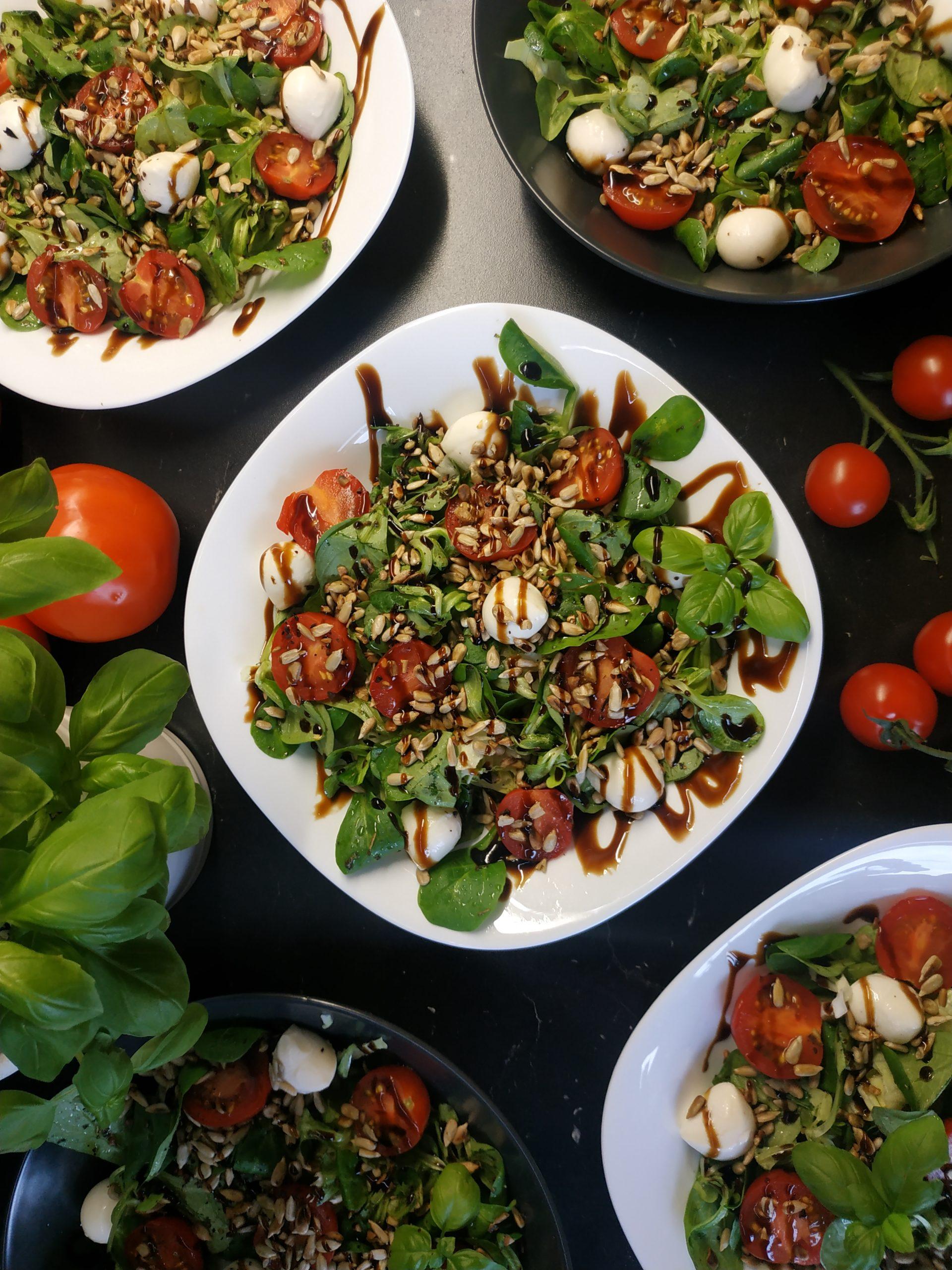 Lekka sałatka z pomidorami i mozzarellą