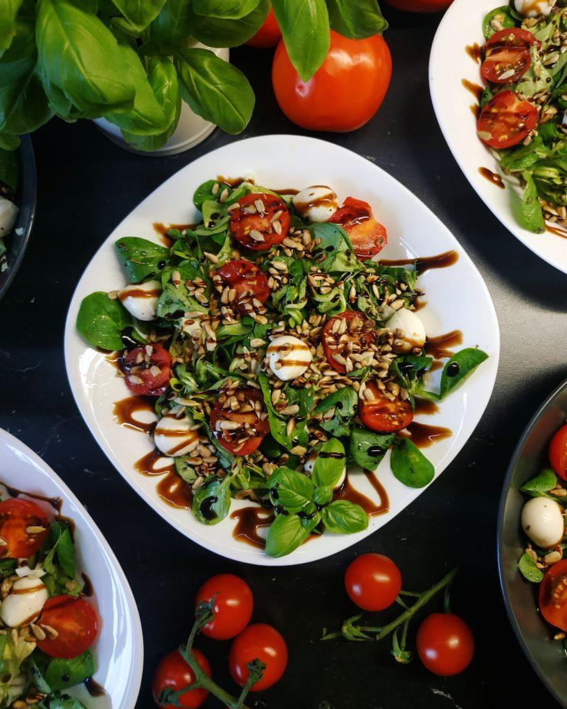Sałatka z pomidorkami i mozzarellą